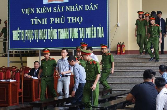 Bị cáo Phan Sào Nam, Nguyễn Văn Dương vào phòng xử án.