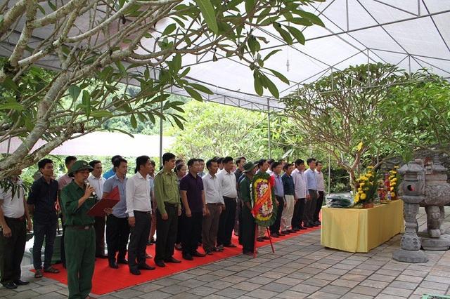 Ban Quản lý VQG Phong Nha - Kẻ Bàng dâng hương tại nhân dịp 46 năm ngày hy sinh của các Anh hùng liệt sĩ tại hang 8 Cô, Đường 20 - Quyết Thắng
