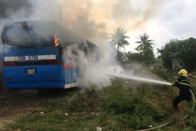 Lực lượng Cảnh sát PCCC đã có mặt triển khai công tác dập lửa.