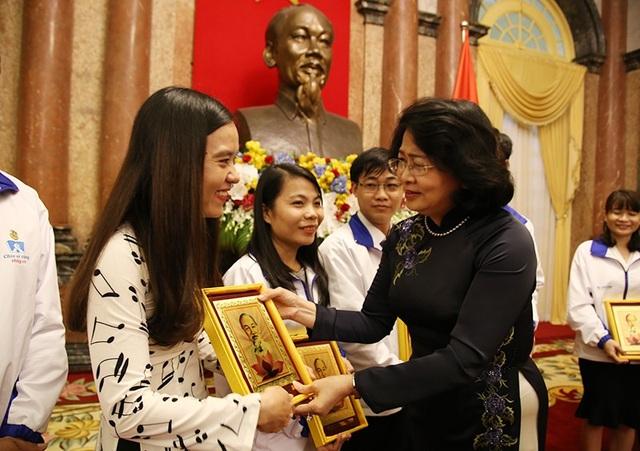 Phó Chủ tịch nước Đặng Thị Ngọc Thịnh tặng quà cho các thầy cô giáo