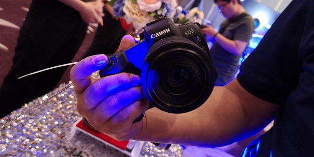 Khách mời có thể tận tay trải nghiệm Canon EOS R và các dòng máy ảnh cao cấp của Canon ngay tại sự kiện.