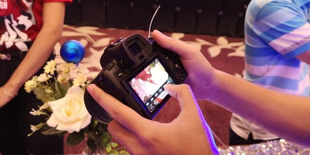 Do sở hữu kích thước nhỏ, trọng lượng nhẹ, nên việc sử dụng Canon EOS R khá tiện lợi, dù chỉ bằng một tay.