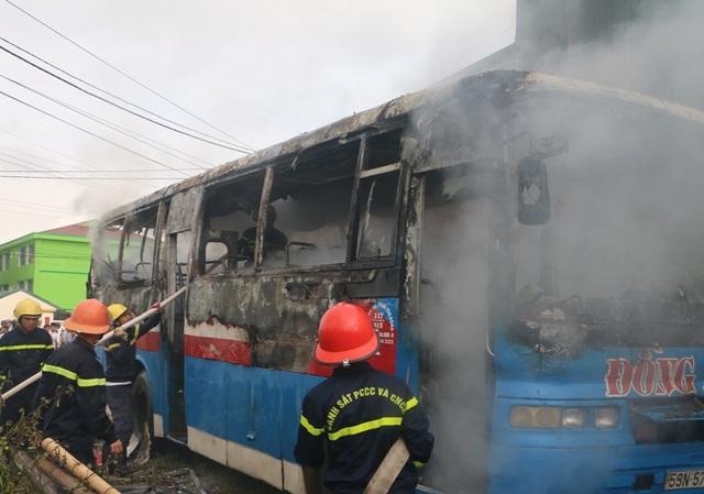 Xe khách bốc cháy dữ dội khi vừa được sửa chữa - 1