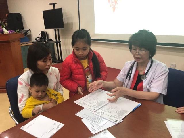 PGS Hương khám cho một cặp chị em bị rối loạn cholesterol máu. Ảnh: H.Hải