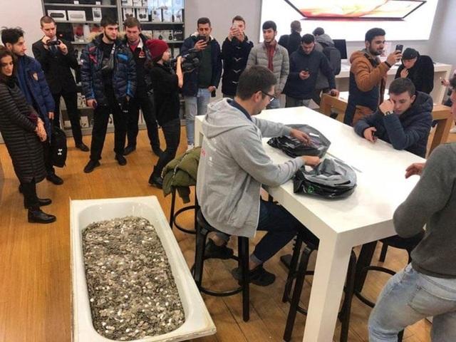 Bồn tắm chứa đầy tiền xu được nhóm thanh niên mang đến cửa hàng để mua một chiếc iPhone XS mới