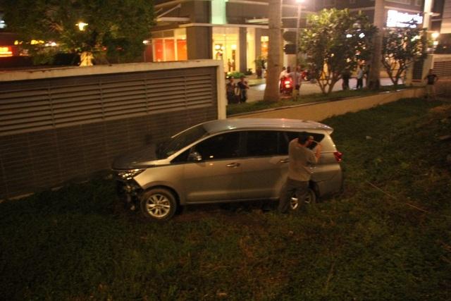 Chiếc ô tô sau khi gây tai nạn lao xuống vệ đường