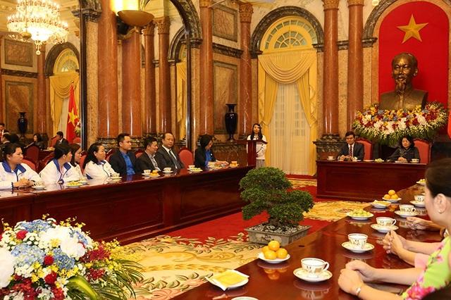 Phó Chủ tịch nước lắng nghe nguyện vọng của các thầy cô giáo