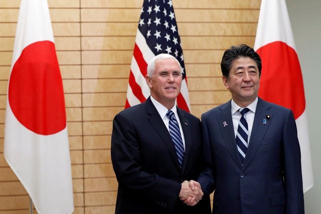 Thủ tướng Nhật Bản Shinzo Abe đón Phó Tổng thống Mỹ Mike Pence tại Tokyo ngày 13/11 (Ảnh: Reuters)