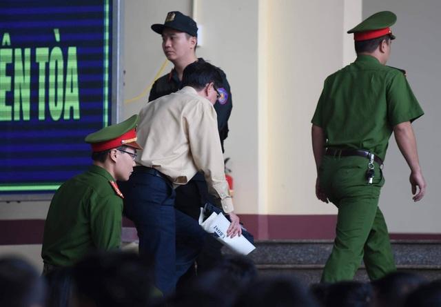 Bị cáo Phan Văn Vĩnh rời tòa sáng nay (14/11)