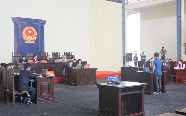 Bị cáo Nguyễn Huy Tùng (người đánh bạc) lên bục khai bạc trong phiên xét xử chiều nay (14/11).