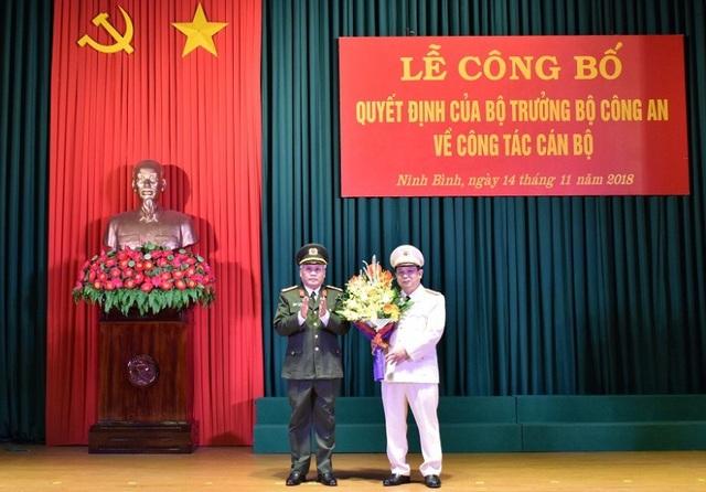 Giám đốc Công an Ninh Bình tặng hoa chúc mừng tân Phó Giám đốc Công an tỉnh.