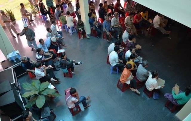 Người dân theo dõi buổi đối thoại qua màn hình tại Trung tâm Bồi dưỡng Chính trị quận 2