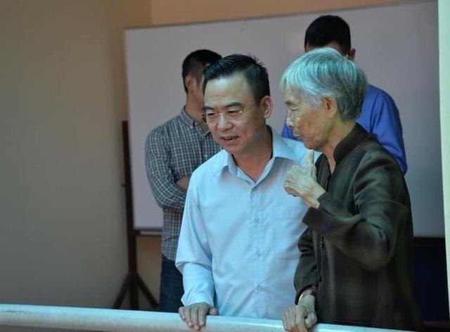 Trưởng Ban tiếp dân Trung ương Nguyễn Hồng Điệp trao đổi cùng bà Trần Thị Mỹ (77 tuổi) bên lề buổi đối thoại