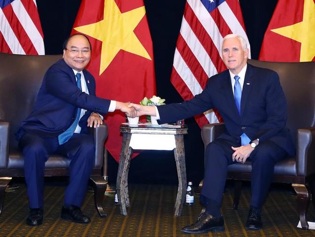 Thủ tướng Nguyễn Xuân Phúc (trái) gặp Phó Tổng thống Mỹ Mike Pence tại Singapore ngày 14/11. (Ảnh: Thống Nhất - TTXVN)