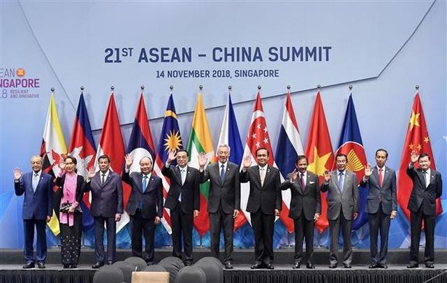 Thủ tướng Nguyễn Xuân Phúc (thứ tư, từ trái sang), Thủ tướng Trung Quốc Lý Khắc Cường (thứ năm, từ trái sang) và các Trưởng đoàn ASEAN chụp ảnh chung. Ảnh: Thống Nhất – TTXVN