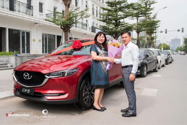 Ông Trần Ngọc Thắng – Tổng giám đốc Marina Hotel .JSC trao giải thưởng đặc biệt cho khách hàng