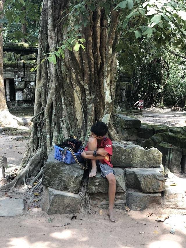 Hoàn cảnh gia đình khó khăn, cậu bé thường lang thang ở những điểm du lịch, bán hàng cho du khách và tự học ngoại ngữ