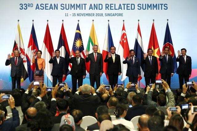 Hội nghị Cấp cao ASEAN lần thứ 33 và các hội nghị cấp cao liên quan diễn ra tại Singapore từ ngày 13-15/11. Cùng với các nhà lãnh đạo ASEAN, đông đảo các nhà lãnh đạo thế giới khác từ Nga, Mỹ, Nhật Bản, Trung Quốc, Ấn Độ, Hàn Quốc, New Zealand... cũng tề tựu tại Singapore để nhóm họp. (Ảnh: Reuters)