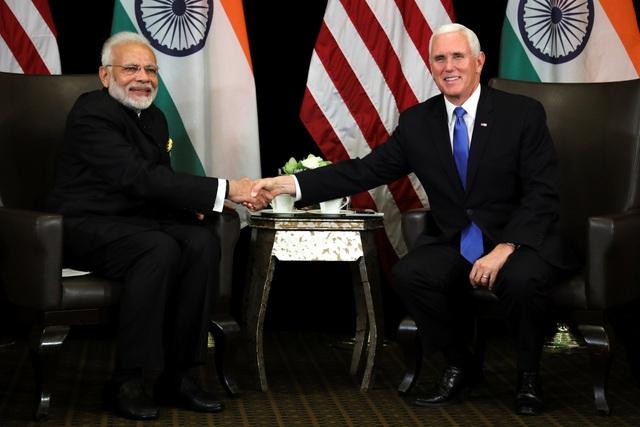 Thủ tướng Ấn Độ Narendra Modi bắt tay Phó Tổng thống Mỹ trong cuộc gặp song phương bên lề các hội nghị cấp cao tại Singapore. (Ảnh: Reuters)