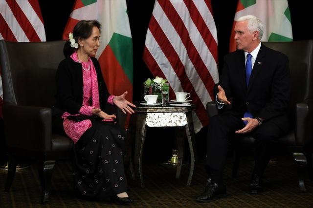 Cố vấn Nhà nước Myanmar Aung San Suu Kyi gặp gỡ Phó Tổng thống Mỹ. (Ảnh: Reuters)