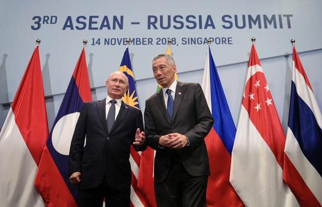 Bên cạnh các cuộc gặp đa phương, một loạt các cuộc gặp song phương cũng diễn ra tại Singapore nhân dịp này. Trong ảnh là Thủ tướng Singapore Lý Hiển Long và Tổng thống Nga Vladimir Putin. (Ảnh: Reuters)