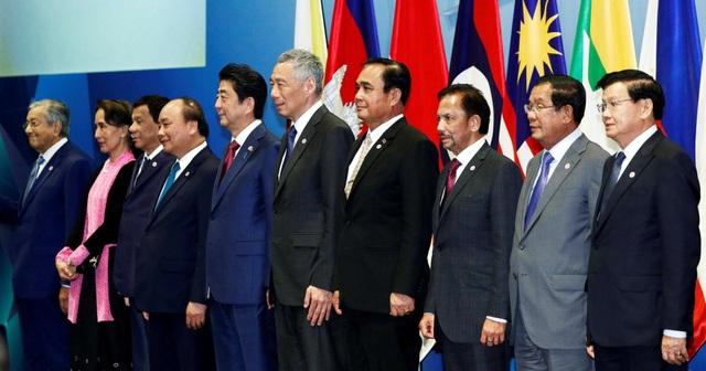 Thủ tướng Nhật Bản Shinzo Abe và các nhà lãnh đạo ASEAN tại Hội nghị Cấp cao ASEAN-Nhật Bản, diễn ra tại Singapore ngày 14/11. (Ảnh: Reuters)