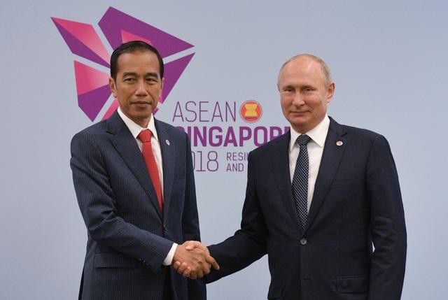 Tổng thống Nga Vladimir Putin bắt tay Tổng thống Indonesia Joko Widodo. (Ảnh: Reuters)