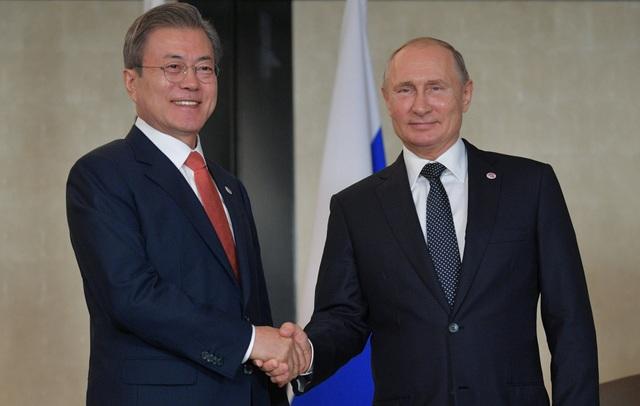 Tổng thống Nga và Tổng thống Hàn Quốc Moon Jae-in. (Ảnh: Reuters)