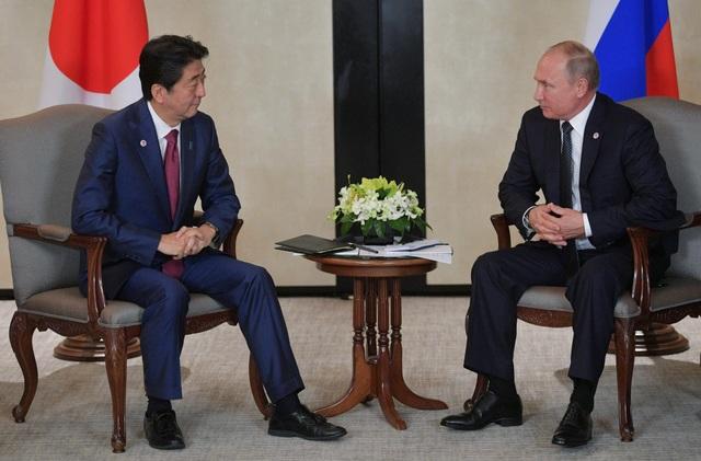 Lãnh đạo Nga, Nhật Bản gặp nhau bên lề các hội nghị cấp cao tại Singapore. (Ảnh: Reuters)