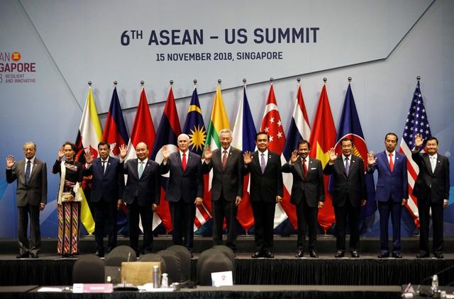 Phó Tổng thống Mỹ Mike Pence và lãnh đạo 10 nước thành viên ASEAN tại hội nghị cấp cao ASEAN - Mỹ lần thứ 6 tại Singapore ngày 15/11. (Ảnh: Reuters)