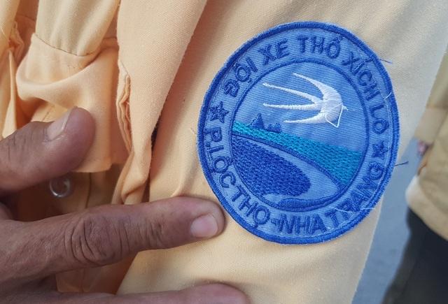 Đội lái xe xích lô chuyên nghiệp mặc áo vàng, trên cánh tay có logo để phân biệt với xích lô bình thường