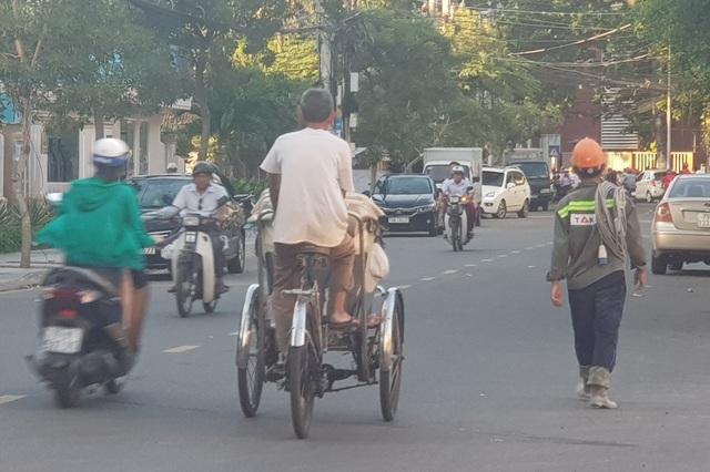 Một lái xe xích lô tự do trên đường phố Nha Trang