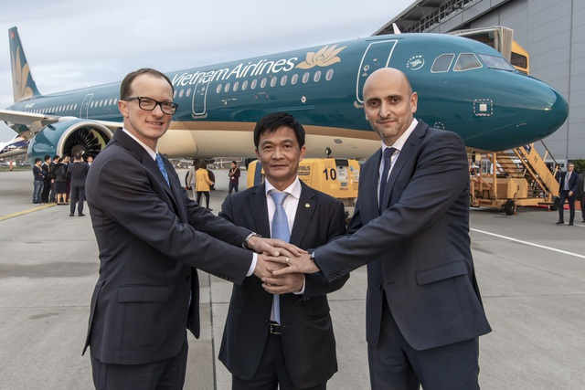 Phó Tổng giám đốc Nguyễn Thái Trung cùng đại diện nhà sản xuất Airbus và công ty cho thuê máy bay Aviation Capital Group (ACG), chúc mừng chiếc A321neo đầu tiên gia nhập đội bay của Vietnam Airlines. Việc đầu tư cho dòng máy bay A321neo nằm trong chiến lược phát triển và nâng cấp đội máy bay thân hẹp hiện đại của Hãng.