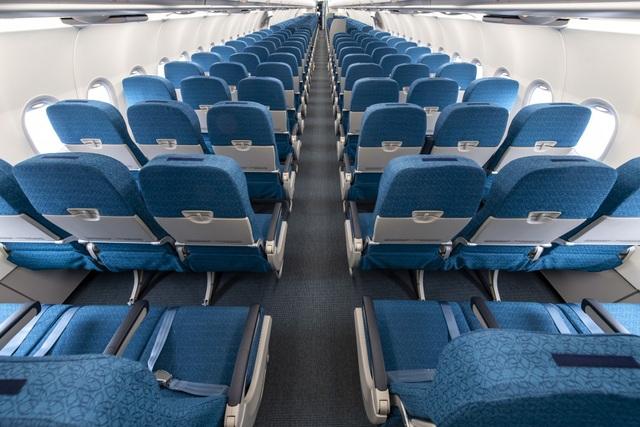 Máy bay của Vietnam Airlines được thiết kế 203 chỗ ngồi, được chia thành hai hạng ghế riêng biệt với 8 ghế hạng thương gia và 195 ghế hạng phổ thông. Ghế ngồi rộng 18 inch, thiết kế mỏng hơn phiên bản cũ tạo sự giãn cách lớn, mang đến không gian cá nhân rộng hơn và sự thoải mái tối đa cho hành khách.