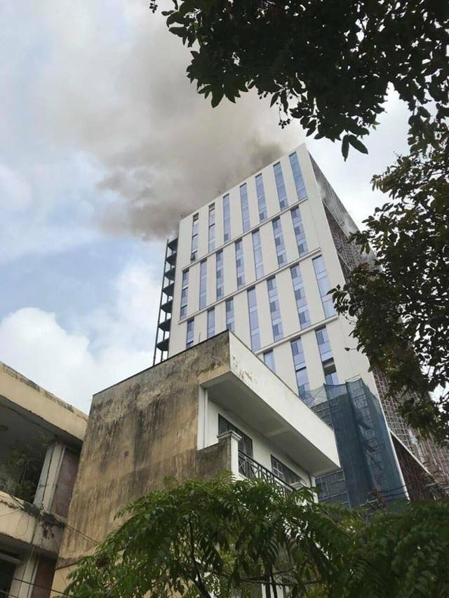 Khói phát ra từ tầng 18 tòa nhà đang xây dựng.