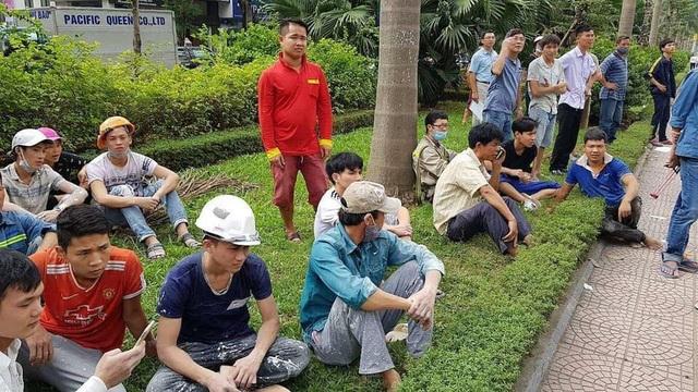 Công nhân hoảng hốt bỏ chạy xuống đường.