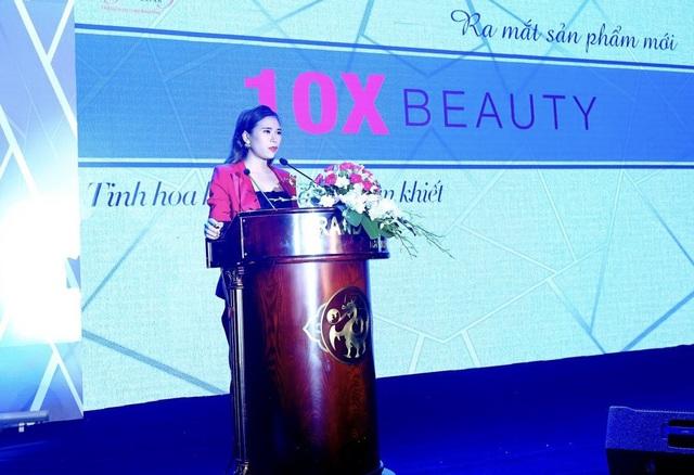Giám đốc Nguyễn Thúy trong buổi ra mắt sản phẩm 10X Beauty