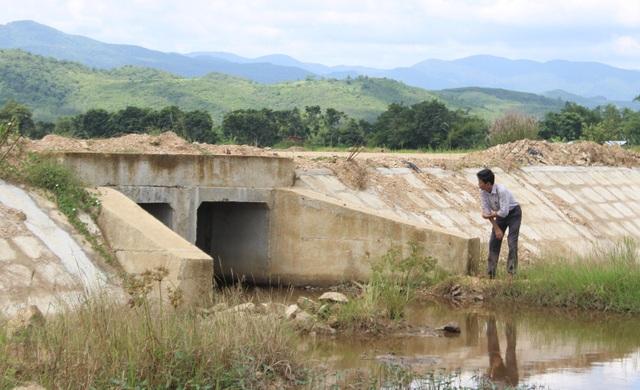 Người dân cho rằng, việc nâng cấp con đường lên cao nhưng quá ít cống thoát nước nên mới xảy ra tình trạng ngập lụt