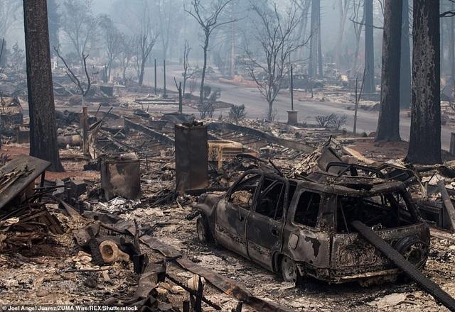 Một chiếc xe hơi cháy rụi sau hỏa hoạn (Ảnh: ABC10)