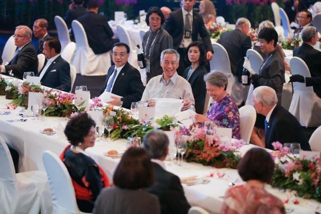Thủ tướng Singapore Lý Hiển Long và các nhà lãnh đạo tại tiệc tối chiêu đãi. (Ảnh: Straitstimes)
