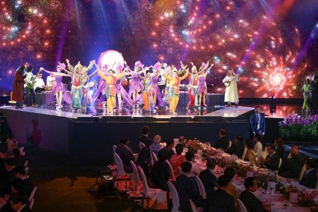 Vào tối ngày 14/11, các nhà lãnh đạo thế giới đã tham dự tiệc chiêu đãi do chủ nhà Singapore, nước hiện đang là Chủ tịch luân phiên ASEAN, chủ trì. (Ảnh: Straitstimes)