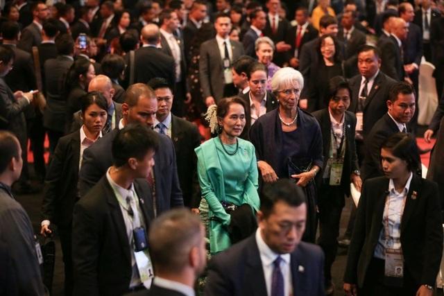 Cố vấn nhà nước Myanmar Aung San Suu Kyi và Tổng giám đốc Quỹ Tiền tệ Quốc tế (IMF) Christine Lagarde tới tiệc chiêu đãi tối ngày 14/11. (Ảnh: Straitstimes)