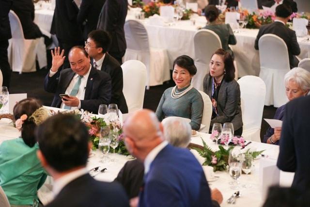 Thủ tướng Nguyễn Xuân Phúc và phu nhân tại buổi tiệc. (Ảnh: Straitstimes)