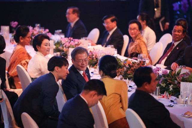 Tổng thống Hàn Quốc Moon Jae-in trò chuyện với bà Naraporn Chan-o-cha, phu nhân của Thủ tướng Thái Lan Prayut Chan-o-cha. (Ảnh: Straitstimes)