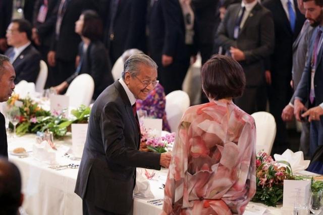 Thủ tướng Malaysia Mahathir Mohamad trò chuyện với bà Akie Abe, phu nhân của Thủ tướng Nhật Bản Shinzo Abe. (Ảnh: Straitstimes)