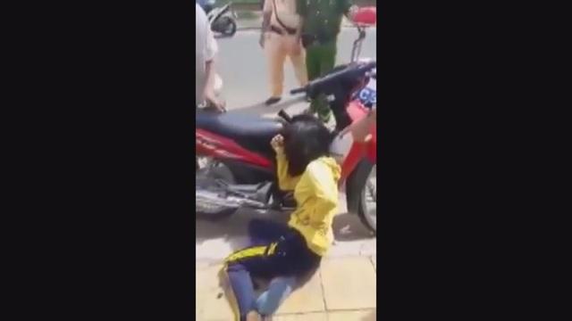 Đoạn video ghi lại việc chị Thoa trúng đạn (ảnh cắt từ clip)