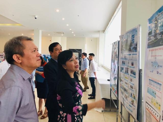 Bộ trưởng Bộ Y tế Nguyễn Thị Kim Tiến xem báo cáo hiệu quả của đề án BV Vệ tinh.