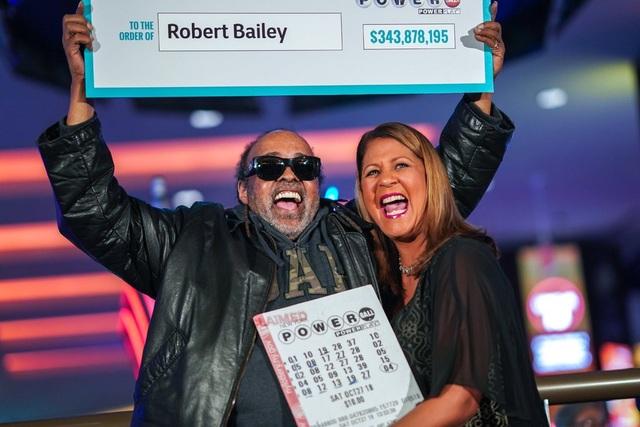 Ông Robert Bailey nhận giải. (Ảnh: New York Times)