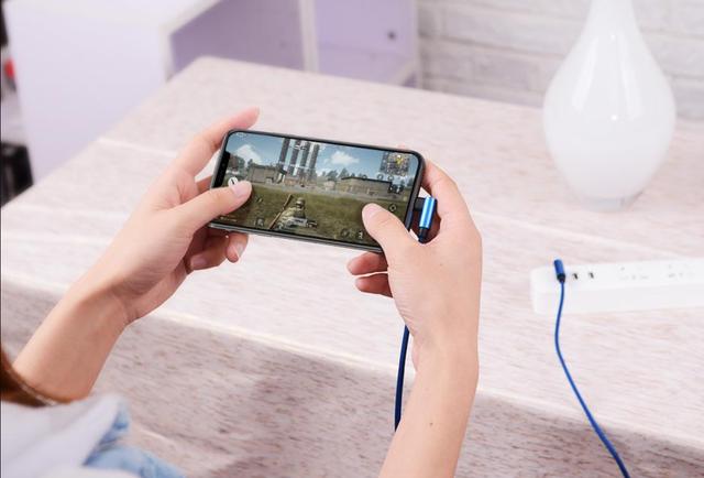 Chơi game lúc đang cắm sạc iPhone là một thói quen cần tránh vì có thể khiến điện thoại trở nên quá nóng.