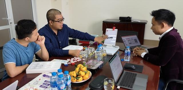 Thành viên Giám khảo lắng nghe phần trình bày về sản phẩm của thí sinh.